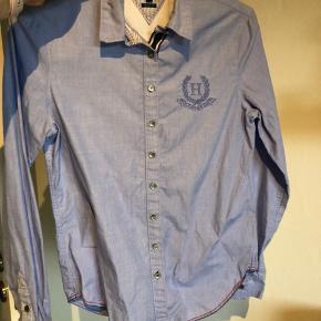 Tommy Hilfiger skjorte købt til kvinder, men fremstår som unisex💪🏼 passer en størrelse small🔥 Fejler intet og kun brugt en gang 💎