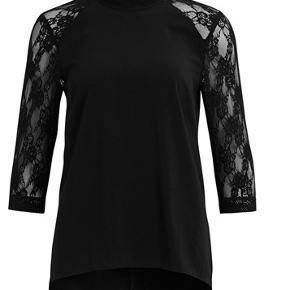 Super fin ny bluse med blondeærmer.  Kan afhentes i Århus C. eller eller sendes med Dao for 37 kr.