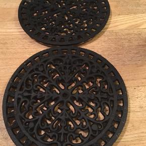 to ens bordskånere i støbejern, diameter 20cm. 50kr Kan hentes Kbh V eller sendes for 45kr DAO