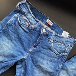 Skinny Jeans fra Tommy Hilfiger . Størrelsen er 26/32!! Har ikke været brugt.