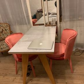 Hjemmelavet spisebord. Målene er 120x60 og 76 cm i højden. (Stenpladerne sidder ikke løst på, men de kunne med tiden godt bruge noget lim)  Kan afhentes på Østerbro. 🌸  Tags: spisebord, skrivebord, sidebord, konsolbord, computerbord, rustik bord.