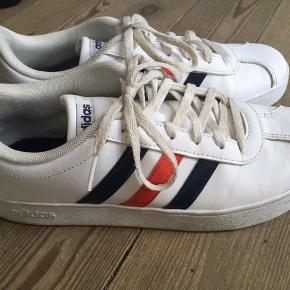 Super fede Adidas sko str. 38  Hvide med rød og blå stribe   Snørebåndene trænger til en vask   Str. 37-37,5 kom og prøv den.   Kan afhentes i sydhavn tæt på Sjælør. ❤️