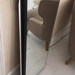 Fint spejl med sort ramme uden skår. Har lidt blåt patina på, derfor den gode pris. Mål: 105x35cm 1 cm tyk. Har flere spejle på min side👍