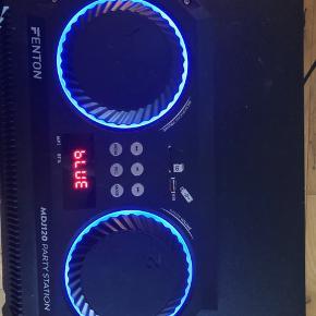 Det er en fenton højtaler med meget god bass i, NAVNET(Mdj120 party station) og der er disco lys i,overhovedet ingen ridser i, i er velkommen til at komme og prøve højtaleren😊