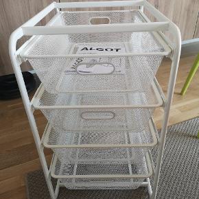 Ikea Algot stativ med 4 kurve. Helt nyt kun samlet for at finde ud af det ikke kunne være hvor det skulle være. Prisen i ikea er 259 for det hele samlet, 99 kr for stativ og 40 kr pr kurv. Mål: 70x60x41 cm