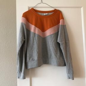 Super fed bluse fra Only i str. L. I orange, grå og lyserød 😍 perfekte efterårsfarver 🍁🍂🌸 den har antydningen af en plet på brystkassen, men den var sådan, da jeg købte den. Brugt få gange.    Bemærk - afhentes ved Harald Jensens plads eller sendes med dao. Bytter ikke 🌸  💫 Sweatshirt sweater bluse grå lyserød orange brændt jumper langærmet