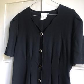 Figursyet kjole fra mærket Rosso Bianco. Med funklede sort knapper foran.   Jeg sender gerne - køber betaler fragt 📦 Bytter ikke.