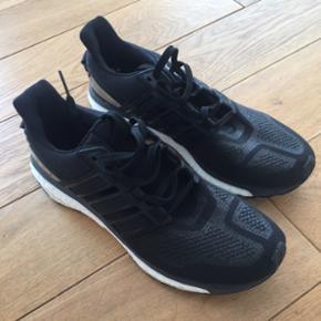 Adidas sko. Nyprisen var 1299 kr og de er brugt 4-5 gange. Str 44