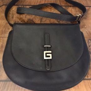 Super lækker læder taske.  Ikke brugt meget. Passet godt på. Superfin både udenpå og indvendigt.