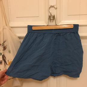 Ingen skader/fejl. Luftige sommer shorts. Stretch i taljen. Kun brugt få gange.