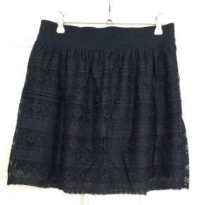 Fin mørkeblå nederdel fra h&m i str S (passes også af M). Den er stadig med mærke og aldrig brugt.  Byd gerne og tjek mine andre annoncer ud for mængderabat 🌟