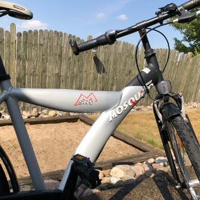 Unisex børnecykel til børn i 10 årsalderen eller omkring de 140 cm i højden.  Cyklen er fra 2007 og har stelnr. WCM111784 B. Cyklen har stået inde i garage hele året rundt, og har derfor kun almindelig slitage, altså lidt ridser i lakken, men ellers fungere den helt som ny. Desuden har hjulene en tommer på 26 og cyklen er udstyret med 7 gear.
