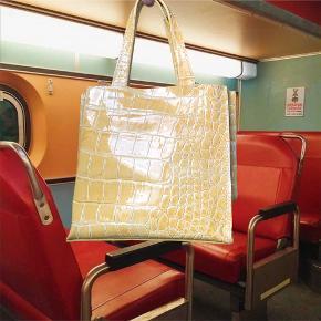 Gul håndtaske med skildpaddemønster fra Italien i ægte læder. Kun brugt en enkelt gang eller to. Sælges, da den fortjener at blive brugt mere💛