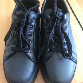 Varetype: Sneakers Farve: Marineblå  De flotteste og lækreste sneakers med tyk sål. Jeg sælger dem kun fordi de lige er til den lille side. De hedder størrelse 38, men vil mene den er lille i størrelsen. Så bedre hvis man er en 37,5/37 i sko.