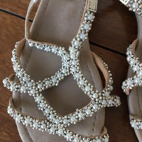 Sød flad sandal med perler