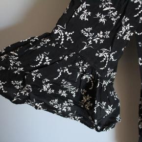 Sort kjole med hvidt blomster mønster. i en str 34 men fitter nemt en 36.