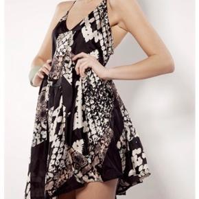 Sælger denne fine kjole fra Acne Studios, som krydser på ryggen.  100% silke   BYD!