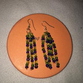 Hjemmelavede øreringe med grønne og blå perler💙💚 (køber betaler for fragt)