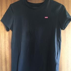 Perfect Crew t-shirt. To styk haves. Brugt meget lidt så derfor i super stand :-)