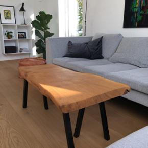 Emma Nordic Wood design sofabord i kraftig dansk egeplank og sorte pulverlarkerede stålben. Bordplade er skåret ud fra et stykke plank, håndpoleret/ slebet, og behandlet med Osmo olie som er ekstrem modstandsdygtig. B: 54 L: 98 H: 40