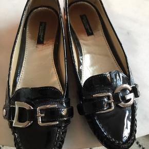 Super fede lak skind loafers fra dolce &gabbana,de har skind sål,skoen har logo spænder foran.