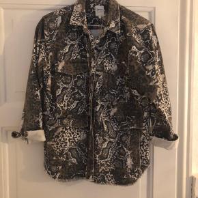 Så fed jakke i utility stil. Jeg sælger også matchende nederdel til☺️ farven er den på første billede☺️ Brugt få gange og i perfekt stand.