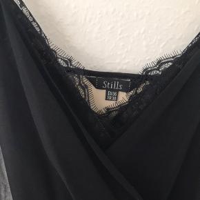 Den lækreste festkjole i silke og blonder - den skulle ses på, men jeg kan ikke passe den mere. Der er så mange smukke detaljer, den er foret og har metervis af den lækreste silkechiffon. Lynlås i siden og justerbare stropper. Længde ca 116 cm.
