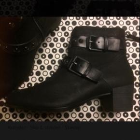 Lækker kort støvle fra Ecco.  Nye og ubrugte.