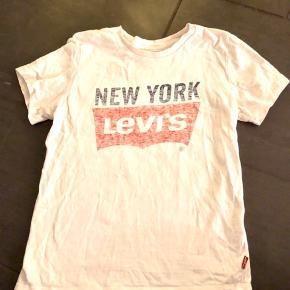 Levis t-shirt str. hedder 10 år, men synes nærmere det svarer til 146/152. Kun brugt meget lidt.