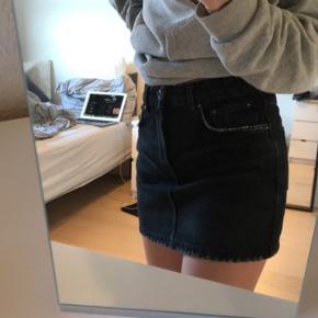 Sort denim nederdel, kun brugt 2 gange