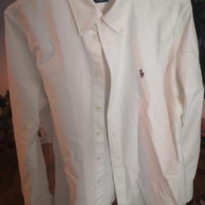Fin custom fit oxfordskjorte, som min kæreste har købt til sig selv i den tro, at det var en herreskjorte :)  (Har nøjagtig den samme til salg i lyserød med samme historie)