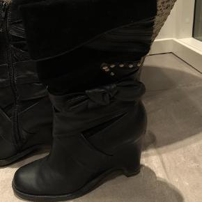 Varetype: Støvler Farve: Sort  Brugtbåd gange og fremstår i meget flot stand. Støvler med kilehæl