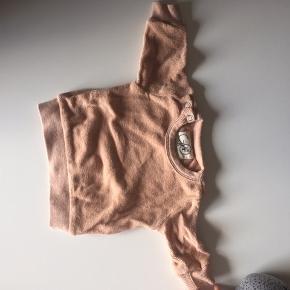 Sød sweater fra med lukning ved hals. Aldrig brugt, kun vasket en enkelt gang.