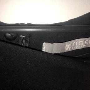 Tiger of Sweden MI. Super lækker og klassisk kjole fra Tiger of Sweden. Sort str. 38. Kun brugt et par gange og er stort set som ny (sender gerne flere billeder). Nypris 1700,-