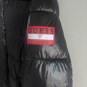 Sælger lækker Guess dunjakke  Str XL Condition 9/10 Pris 699  Gucci, moncler