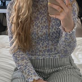 Fin bluse fra Zara med blomster