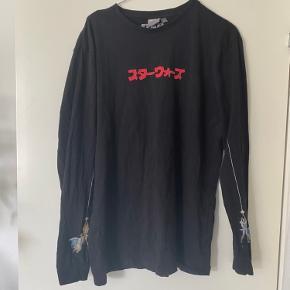 sort langærmet trøje med japansk skrift og stort grafisk starwars billede på ryggen. byd   OBS: giver mængderabat, så tag da lige et kig på mine andre annoncer;)