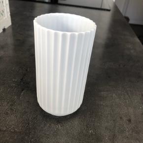 Porcelænsvase fra Lyngby i 12cm. Rigtig flot stand og er helt som ny.