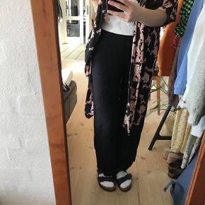 Sælger den her kimono fra Moves fordi jeg ikke rigtig får den brugt mere. Det er størelse 38 og den er en smule for stor til mig.   Np: 500kr  Mp: 100kr