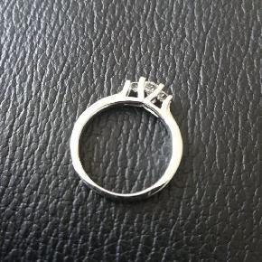 Hvidguld ring ZOYA fra Scrouples. 0,27 catt....