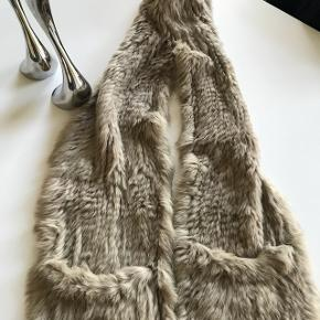 Ægte pels tørklæde .. Den er så fin, da den også har 2 lommer .. Meget speciel, skriv gerne for flere billeder. Nypris 1500