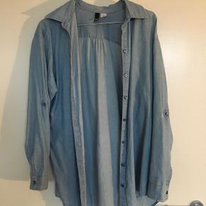 Lang, lyseblå skjorte fra H&M 😊