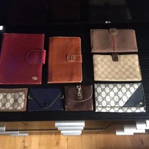 Mindre samling vintage Gucci punge, mm, sælges..    Jeg har købt en mindre samling vintage Gucci tasker, punge, mm af en bekendt, der kører ud og tømmer dødsbo, og lign..    Jeg har derfor disse fine gamle  punge, kalender omslag, mm til salg..    Af hvad jeg kan finde frem til på nettet er de fra 70'erne, og opad.. ..    Alle er i fin og hel stand. Nogle i bedre end andre..    Har gjort hvad jeg kunne, for at få de bedste mulige billeder..    Har ikke sat nogen fast pris endnu, så kom frisk med jeres bud..     Dog vil skambud, og dumme kommentarer, blive ignoreret..    Har en jævn kendskab til disse ting, så spar begge vores tid, og lad vær at tro de kan rekvireres for next to nothing..     Tjek mine andre annoncer, for mere vintage Gucci, og andre spændende ting!     SE OGSÅ ALLE MINE ANDRE ANNONCER.. :D