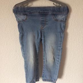 H&M - jeans Str. 86 Næsten som ny Farve: lyseblå Lavet af: 81% cotton, 17% polyester og 2% elasthane Mål: Livvidde: fra 48 cm til 64 cm hele vejen rundt (har elastik i livet) Længde: Ydre: 47 cm Indre: 28,5 cm Køber betaler Porto!  >ER ÅBEN FOR BUD<  •Se også mine andre annoncer•  BYTTER IKKE!