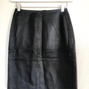 100 % lammelæder med polyester for på indersiden. Aldrig brugt, nypris 999,95
