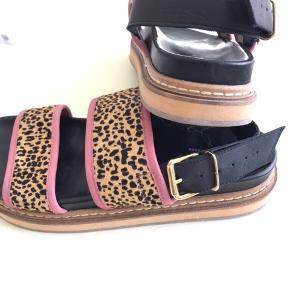 De fineste sandaler i Ivylee Copenhagens lækre kvalitet. Desværre for bredde til min smalle fod. Brugt 1/2 gang uden for ellers kun prøvet indendørs. Kom gerne med et realistisk bud.  Se også mine andre annoncer 🌟😄
