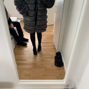 Sælger denne pels jakke med hætte.  Aldrig brugt, stadig prismærke på, Str medium, men er selv small og passer den  Byd. Sender os.