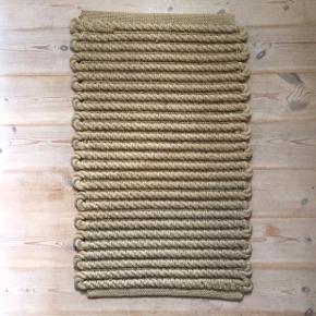 Skønt tykt tæppe i jute, fx til entréen eller sommerhuset. Måler 80 x 50 cm.