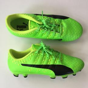 Puma fodboldstøvler. Grønne med gule/sorte detaljer. Størrelse 38.5. Brugt 3 gange, står som næsten nye.