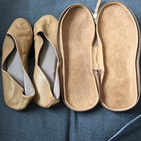 Italienske læder rejse / hjemmesko,  med læder etui brugt et par gange hjemme. NP 800kr købt i Arket. Sendes gerne mod betaling af porto.